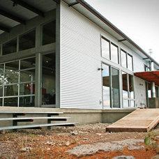 Modern Patio by Domiteaux + Baggett Architects, PLLC