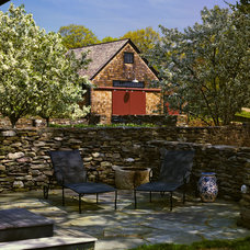 Farmhouse Patio by CBA Landscape Architects, LLC