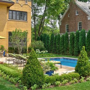 Esempio di un patio o portico vittoriano di medie dimensioni e dietro casa con fontane, pavimentazioni in pietra naturale e una pergola