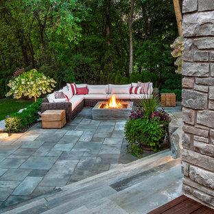 Ispirazione per un patio o portico contemporaneo di medie dimensioni e dietro casa con pavimentazioni in pietra naturale e una pergola