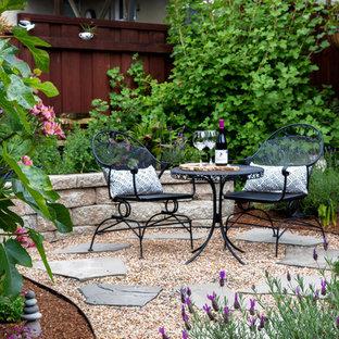 Esempio di un patio o portico etnico di medie dimensioni e dietro casa con fontane, pavimentazioni in pietra naturale e una pergola