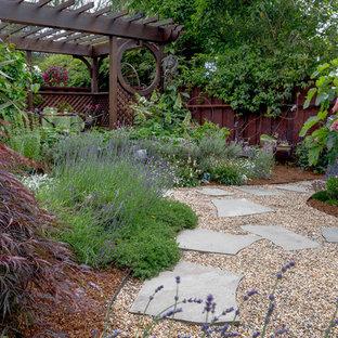 Foto di un patio o portico etnico di medie dimensioni e dietro casa con fontane, pavimentazioni in pietra naturale e una pergola