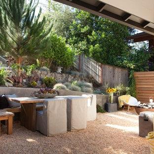 Esempio di un patio o portico stile rurale di medie dimensioni e davanti casa con ghiaia e nessuna copertura