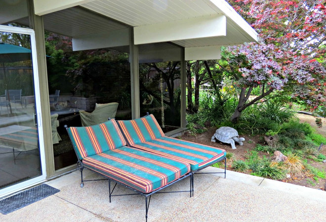 Midcentury Patio by Lisa Hallett Taylor