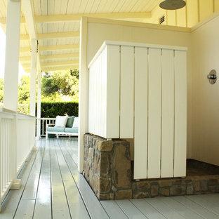 Immagine di un patio o portico country con pedane e un tetto a sbalzo