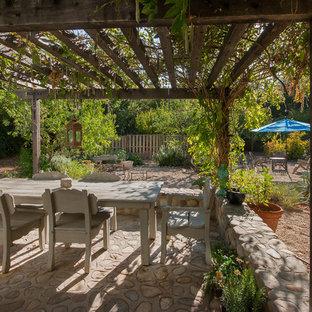 Cette image montre une terrasse victorienne avec une pergola.
