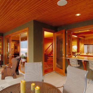 Esempio di un grande patio o portico american style dietro casa con cemento stampato e un tetto a sbalzo