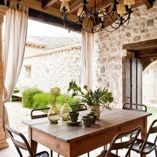 На фото: дворик среднего размера на внутреннем дворе в средиземноморском стиле с навесом и покрытием из плитки с