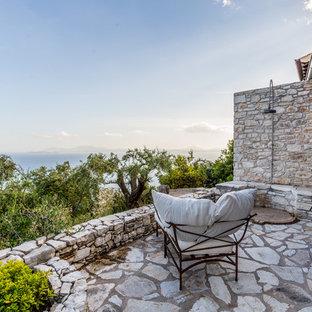 Идея дизайна: летний душ в средиземноморском стиле с покрытием из каменной брусчатки без защиты от солнца