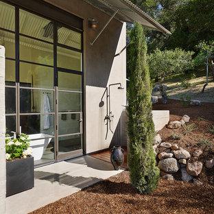 Foto di un patio o portico minimal con un parasole