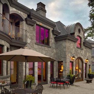 Ispirazione per un ampio patio o portico vittoriano dietro casa con pavimentazioni in mattoni e nessuna copertura