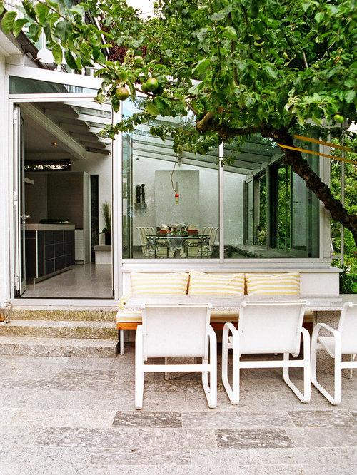 Wintergarten mit zwei Stühlen und Dreisitzer Sofa