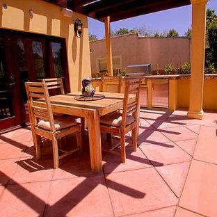 Esempio di un patio o portico american style di medie dimensioni e dietro casa con piastrelle e una pergola