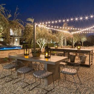 Esempio di un ampio patio o portico country dietro casa con ghiaia e nessuna copertura