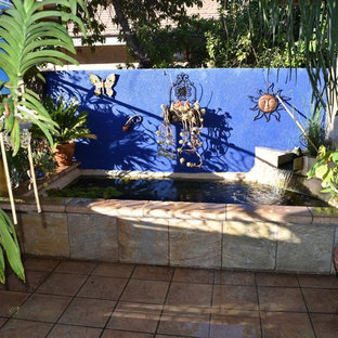 Idee per un piccolo patio o portico mediterraneo in cortile con piastrelle e nessuna copertura