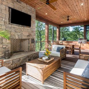 Immagine di un patio o portico in montagna di medie dimensioni e dietro casa con pedane e un tetto a sbalzo