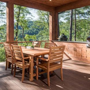 Idee per un patio o portico stile rurale di medie dimensioni e dietro casa con un tetto a sbalzo e pedane