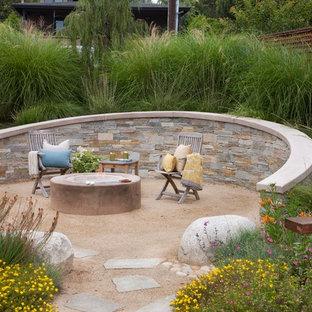 Idee per un patio o portico stile marinaro con ghiaia