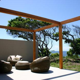 Immagine di un patio o portico stile marinaro con una pergola