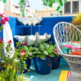 Idee per un patio o portico boho chic di medie dimensioni e in cortile con fontane e una pergola