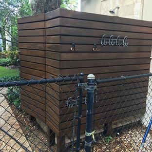 Immagine di un patio o portico tropicale di medie dimensioni e dietro casa con nessuna copertura