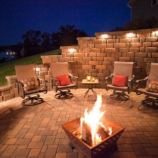 Idee per un piccolo patio o portico tradizionale dietro casa con un focolare, pavimentazioni in cemento e nessuna copertura