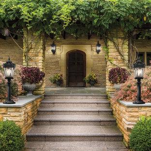 Foto di un patio o portico etnico di medie dimensioni e davanti casa con pedane e un parasole