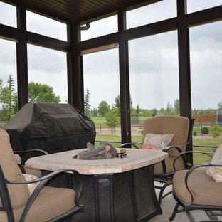 Immagine di un patio o portico classico di medie dimensioni e dietro casa con graniglia di granito, un gazebo o capanno e un focolare