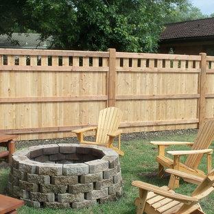 Ispirazione per un patio o portico american style di medie dimensioni e dietro casa con un focolare e nessuna copertura