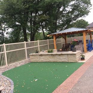 Foto di un patio o portico classico di medie dimensioni e dietro casa con un focolare, pavimentazioni in pietra naturale e un gazebo o capanno