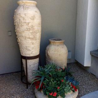 Idee per un patio o portico chic di medie dimensioni e dietro casa con graniglia di granito e nessuna copertura