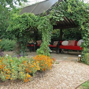 Ispirazione per un grande patio o portico stile rurale dietro casa con ghiaia e un gazebo o capanno