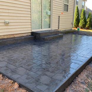 Ispirazione per un patio o portico tradizionale di medie dimensioni e dietro casa con cemento stampato e nessuna copertura