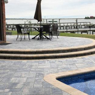 Idee per un grande patio o portico chic dietro casa con cemento stampato e nessuna copertura