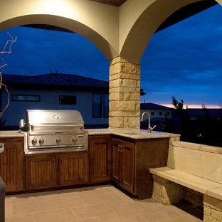 Esempio di un patio o portico american style di medie dimensioni e dietro casa con piastrelle e un tetto a sbalzo