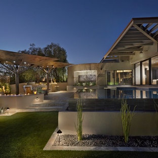 Foto di un grande patio o portico contemporaneo dietro casa con piastrelle e un gazebo o capanno