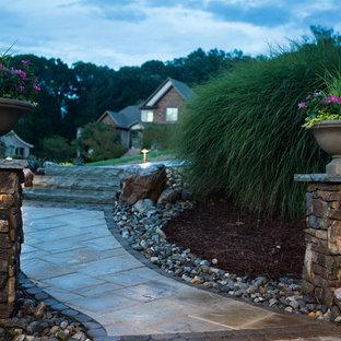 Idee per un patio o portico stile rurale di medie dimensioni e dietro casa con pavimentazioni in cemento e un tetto a sbalzo