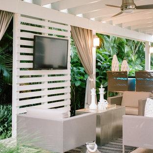 Ispirazione per un patio o portico design di medie dimensioni e dietro casa con pavimentazioni in pietra naturale e una pergola