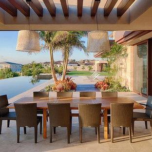 Esempio di un ampio patio o portico design in cortile con piastrelle e una pergola