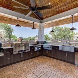 Ispirazione per un grande patio o portico stile marinaro dietro casa con cemento stampato e un gazebo o capanno