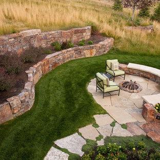 Esempio di un piccolo patio o portico stile americano dietro casa con un focolare, pavimentazioni in pietra naturale e nessuna copertura