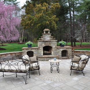 ワシントンD.C.の大きいトラディショナルスタイルのおしゃれな裏庭のテラス (ファイヤーピット、天然石敷き、日よけなし) の写真