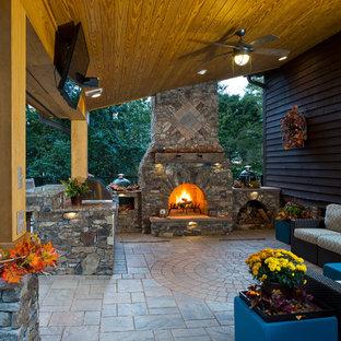 На фото: двор среднего размера на заднем дворе в стиле рустика с летней кухней, мощением тротуарной плиткой и навесом