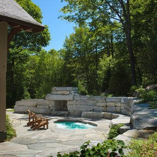 Ispirazione per un patio o portico stile rurale con pavimentazioni in pietra naturale