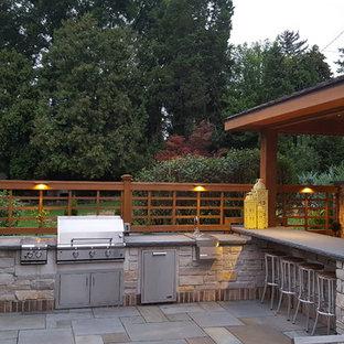 Esempio di un grande patio o portico chic dietro casa con pavimentazioni in pietra naturale e un gazebo o capanno