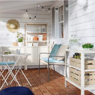 Immagine di un patio o portico stile shabby di medie dimensioni e in cortile con pedane e un tetto a sbalzo