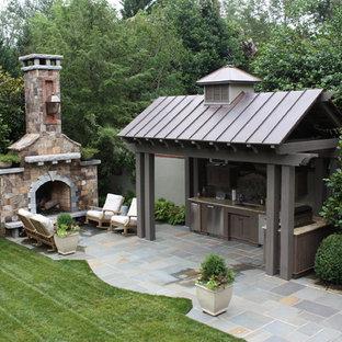 Foto de patio clásico, grande, en patio trasero, con brasero, adoquines de piedra natural y cenador