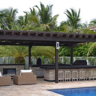 Ispirazione per un ampio patio o portico mediterraneo dietro casa con pavimentazioni in pietra naturale e un gazebo o capanno