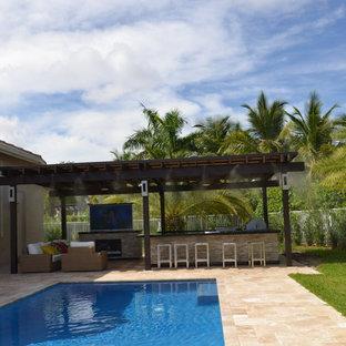 Ispirazione per un ampio patio o portico mediterraneo dietro casa con pavimentazioni in pietra naturale e una pergola