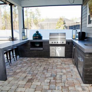 Immagine di un patio o portico moderno di medie dimensioni e dietro casa con pavimentazioni in mattoni